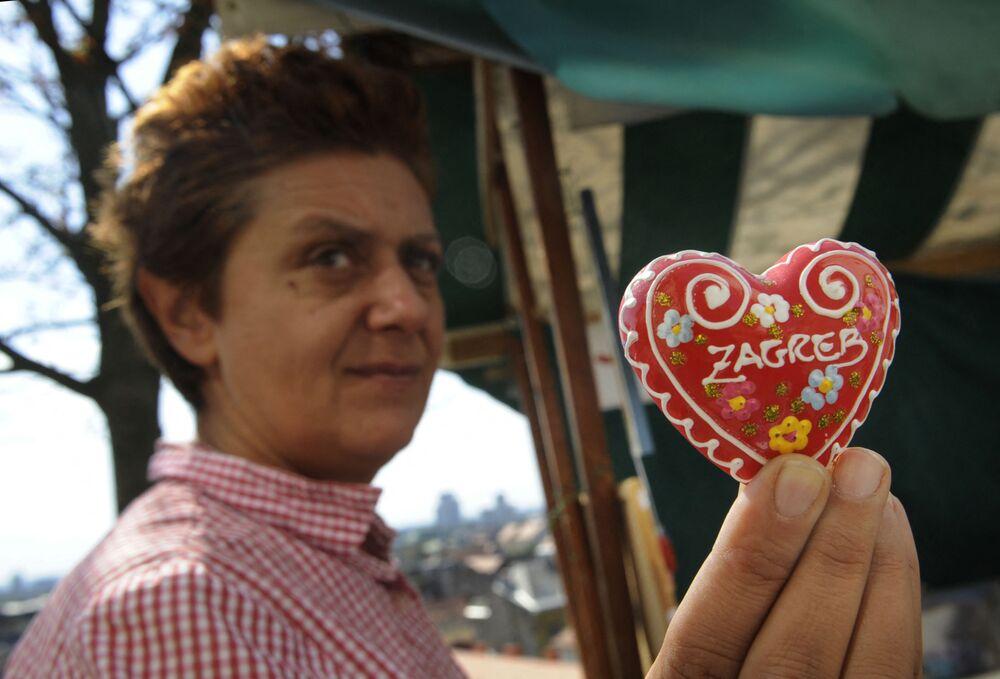 Kobieta trzyma w rękach chorwacki licitarski piernik, Zagrzeb