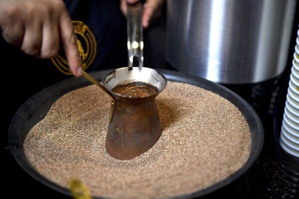 Przygotowanie tureckiej kawy w miedzianym garnku na gorącym piasku - Sputnik Polska