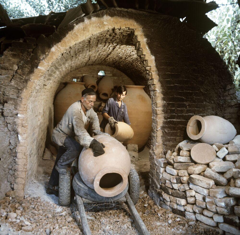 Wykonywanie specjalnych glinianych słoików kwewri, w których Gruzini tradycyjnie przechowują wino