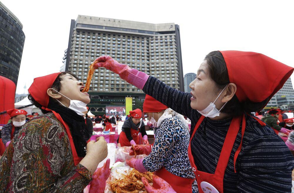 Kobieta próbuje kimchi podczas festiwalu kimchi w Seulu w Korei Południowej