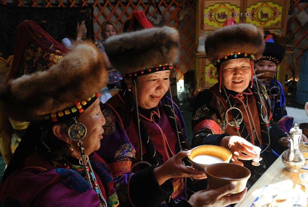 Kobiety piją kumys w tradycyjnej buriackiej jurcie we wsi Aginskoje w Kraju Zabajkalskim