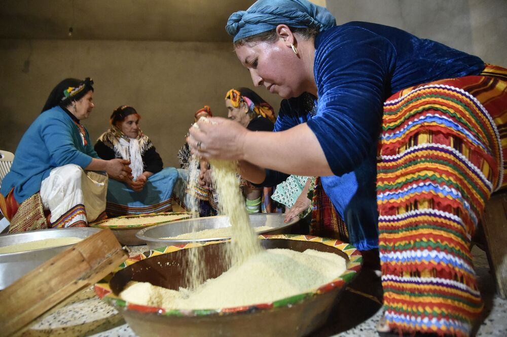 Berberki przygotowują kuskus w wiosce Ait el-Qetzem, na wschód od stolicy Algierii