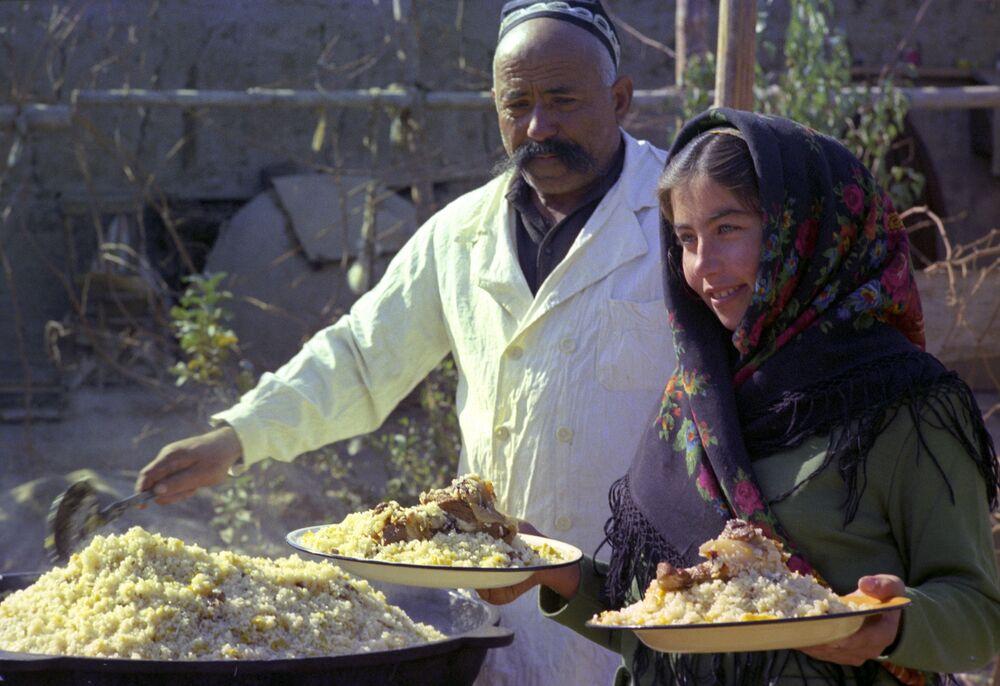 Gotowanie uzbeckiego pilawu na ulicy Chiwa w Uzbekistanie