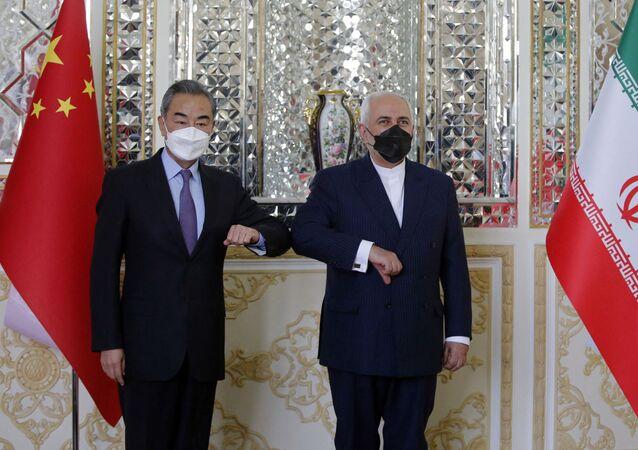 Minister spraw zagranicznych Chin Wang Yi i szef irańskiej dyplomacji Mohammad Javad Zarif.