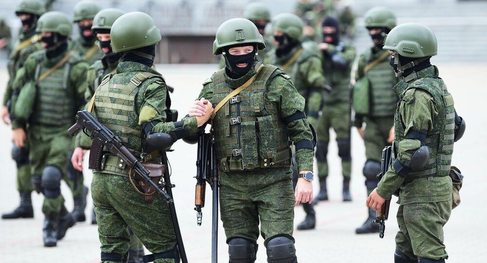 Funkcjonariusze struktur siłowych przed rozpoczęciem nielegalnych akcji protestacyjnych w Mińsku.