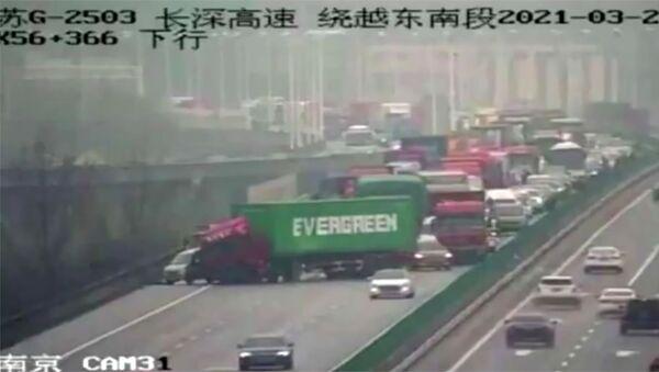 W Chinach ciężarówka z kontenerem firmy Evergreen zablokowała ruch na drodze. - Sputnik Polska