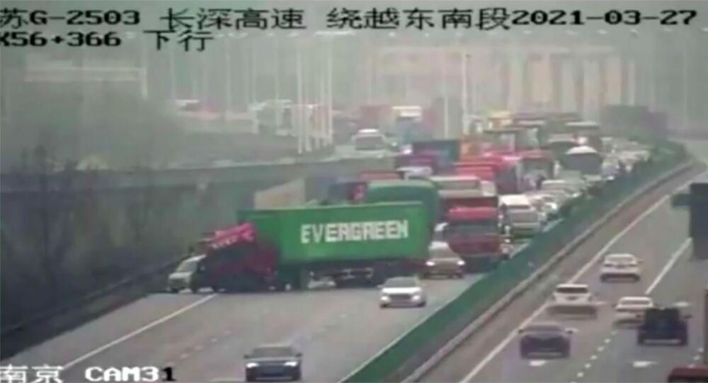 W Chinach ciężarówka z kontenerem firmy Evergreen zablokowała ruch na drodze.
