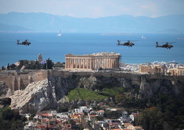 Śmigłowce wojskowe podczas obchodów 200. rocznicy wojny narodowowyzwoleńczej w Atenach.