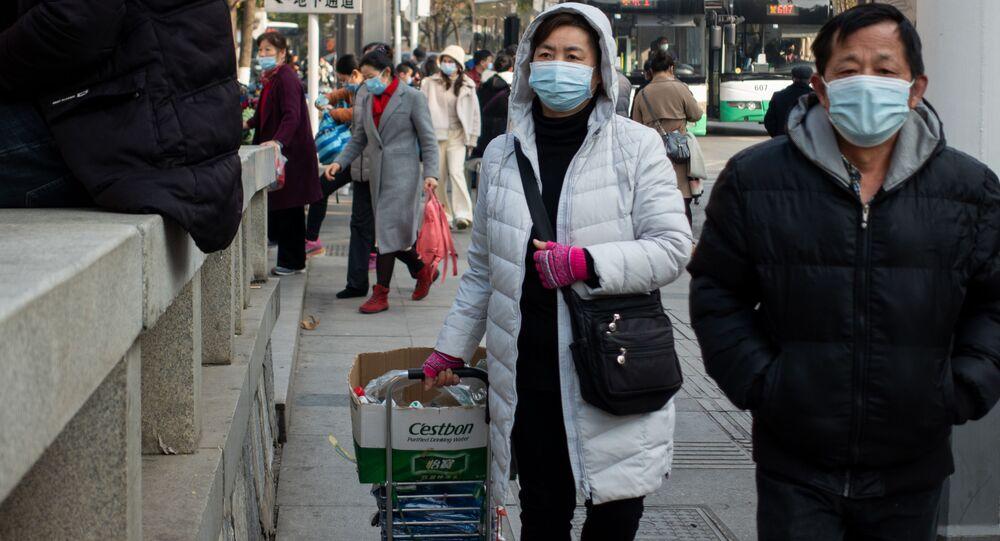 Ludzie w maskach ochronnych na ulicy w Wuhan w Chinach