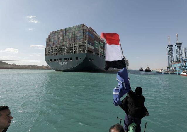 Kontenerowiec Ever Given żeglujący po Kanale Sueskim