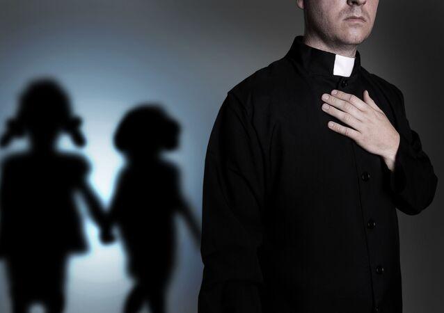 Ksiądz katolicki w sutannie