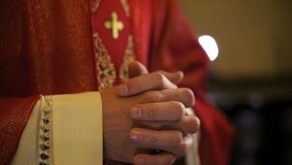 Ksiądz katolicki podczas modlitwy - Sputnik Polska