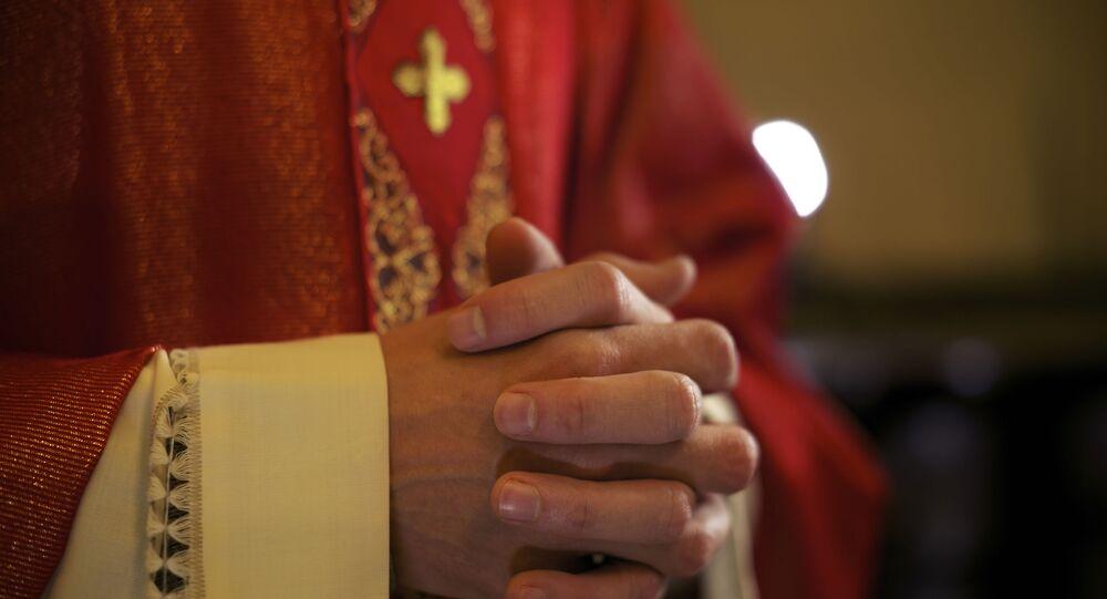 Ksiądz katolicki podczas modlitwy