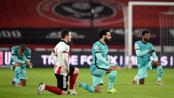 Piłkarze klęczą podczas meczu w geście wsparcia ruchu Black Lives Matter, Liverpool - Sputnik Polska