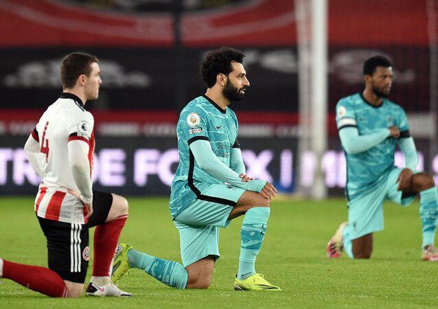 Piłkarze klęczą podczas meczu w geście wsparcia ruchu Black Lives Matter, Liverpool