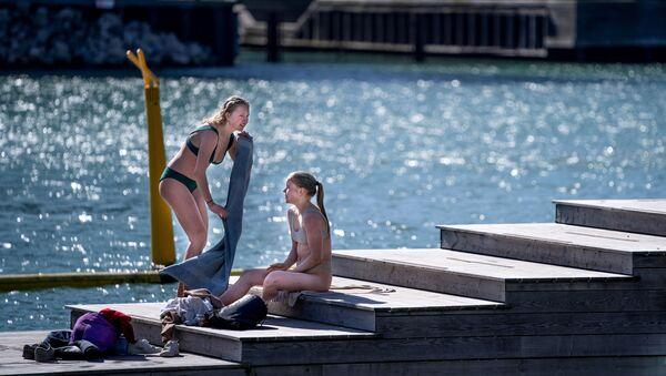 Dziewczyny opalają się w Kopenhadze  - Sputnik Polska