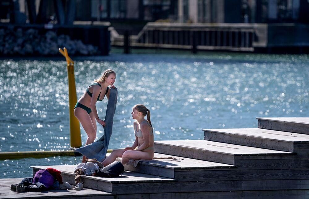 Dziewczyny opalają się w Kopenhadze