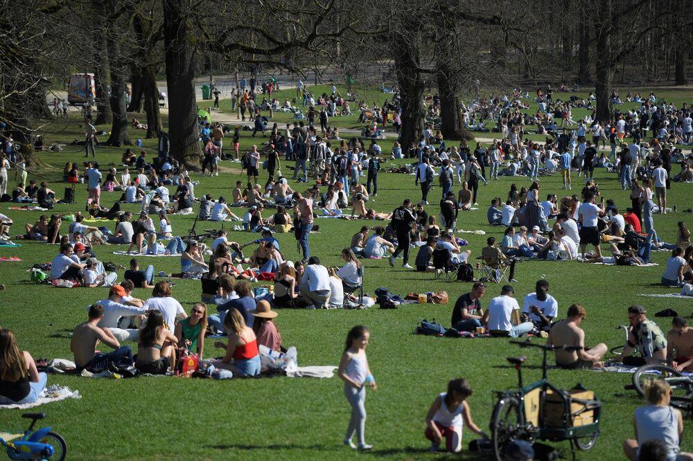 Ludzie w parku w Brukseli