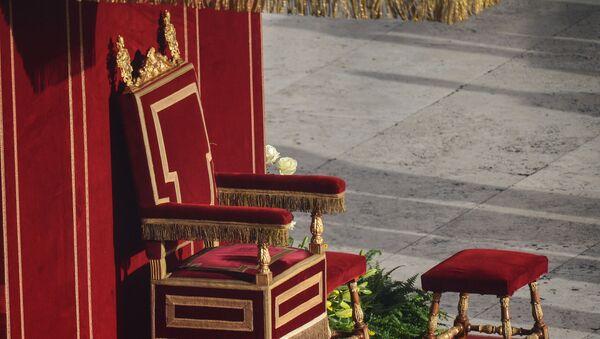 Tron Papieża na Placu św. Piotra przed rozpoczęciem ceremonii intronizacji w Watykanie - Sputnik Polska