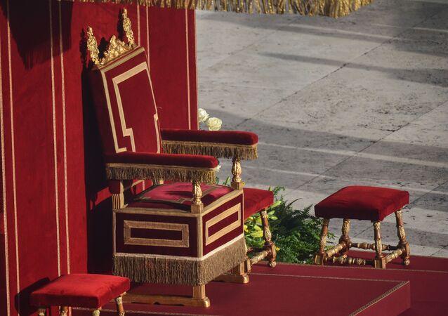 Tron Papieża na Placu św. Piotra przed rozpoczęciem ceremonii intronizacji w Watykanie