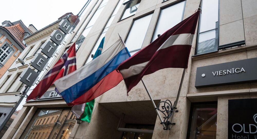 Flagi na fasadzie budynku hotelowego w Starej Rydze