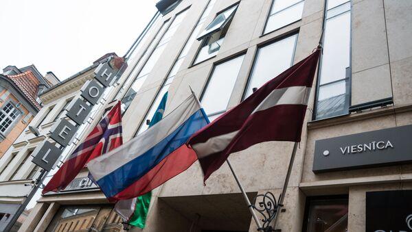 Flagi na fasadzie budynku hotelowego w Starej Rydze - Sputnik Polska