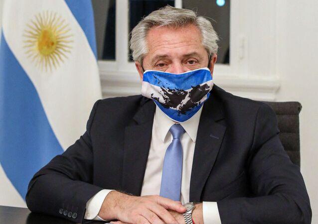Prezydent Argentyny Alberto Fernandez w masce