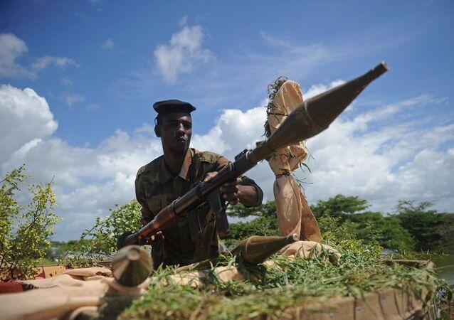 Somalijski żołnierz z granatnikiem w bazie wojskowej Sanguni w Somalii