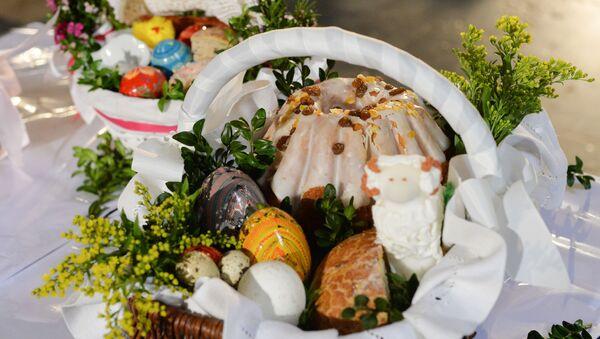 Kosze z babkami i pisankami wielkanocnymi w jednym z kościołów w przeddzień świąt wielkanocnych w Warszawie - Sputnik Polska