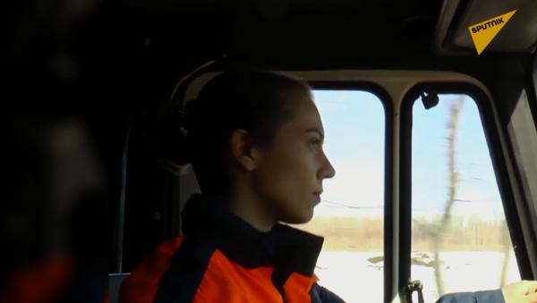 Rosjanka prowadzi cysternę straży pożarnej  - Sputnik Polska