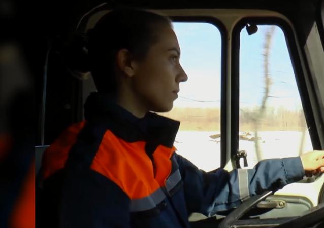 Rosjanka prowadzi cysternę straży pożarnej