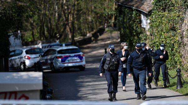 Policja przed domem francuskiego biznesmena Bernarda Tapiego po napadzie - Sputnik Polska