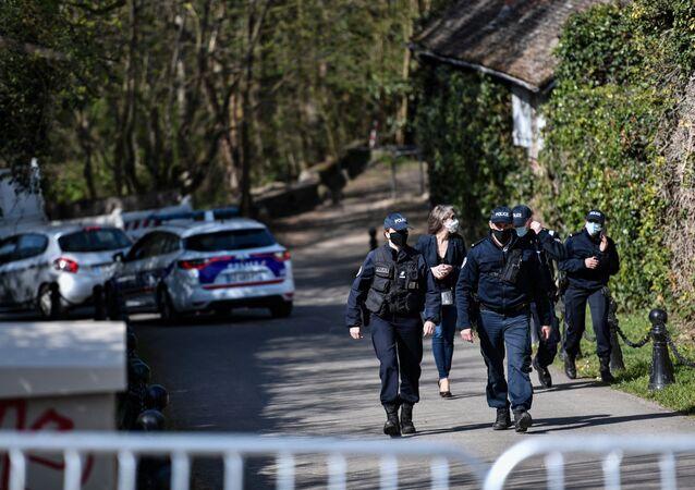 Policja przed domem francuskiego biznesmena Bernarda Tapiego po napadzie