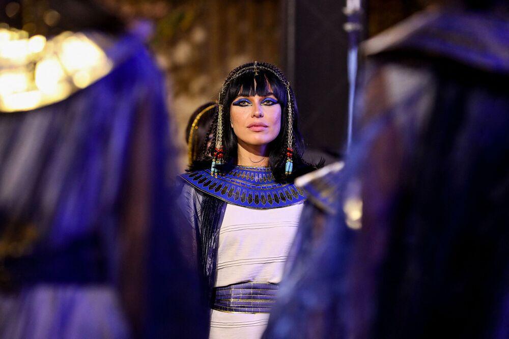 Uczestnik parady mumii na ulicy Kairu