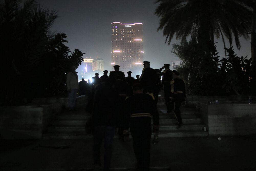 Uczestnicy parady mumii na ulicy Kairu