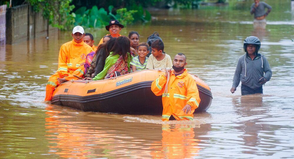 Ratownicy ewakuują ludzi z obszaru dotkniętego powodzią po ulewnych deszczach w Dili w Timorze Wschodnim