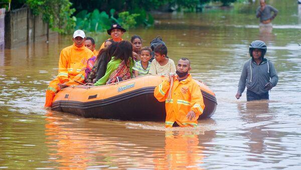 Ratownicy ewakuują ludzi z obszaru dotkniętego powodzią po ulewnych deszczach w Dili w Timorze Wschodnim - Sputnik Polska