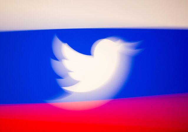 Logo Twittera na tle flagi Rosji