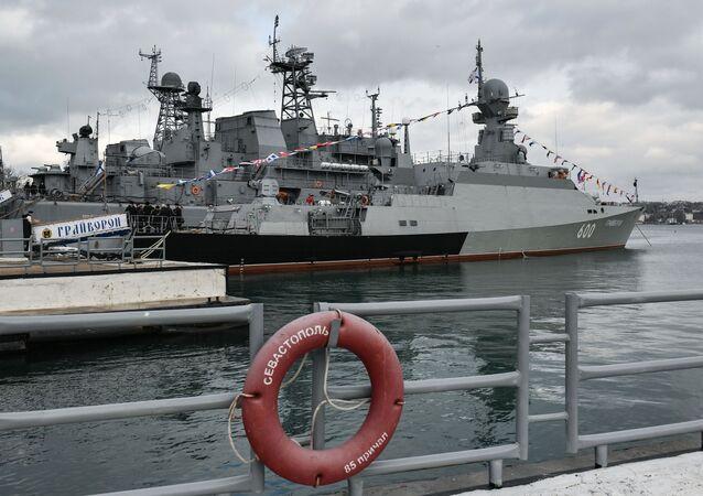 """Mały okręt rakietowy projektu 21631 """"Grajworon"""" podczas ceremonii przyjęcia statku do Floty Czarnomorskiej w Sewastopolu"""