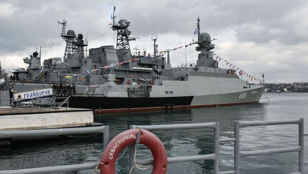 """Mały okręt rakietowy projektu 21631 """"Grajworon"""" podczas ceremonii przyjęcia statku do Floty Czarnomorskiej w Sewastopolu - Sputnik Polska"""