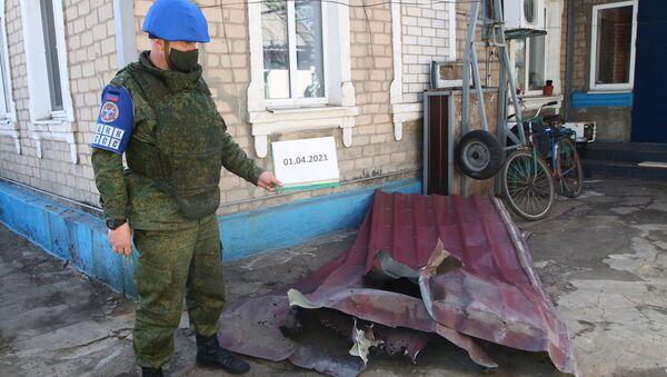 Przedstawiciel DRL odnotowuje szkody w wyniku ostrzału we wsi Aleksandrowka w obwodzie donieckim - Sputnik Polska