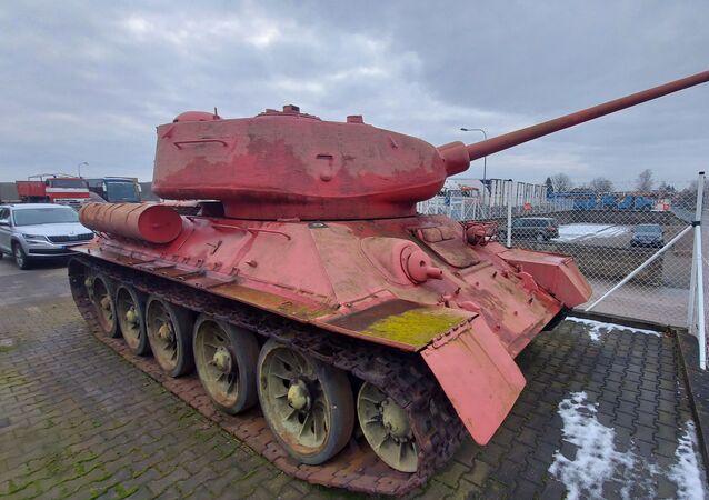 Czołg T 34 różowy, należący do mieszkańca Czech