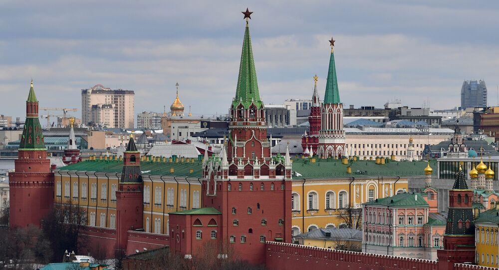 Widok na wieże Moskiewskiego Kremla
