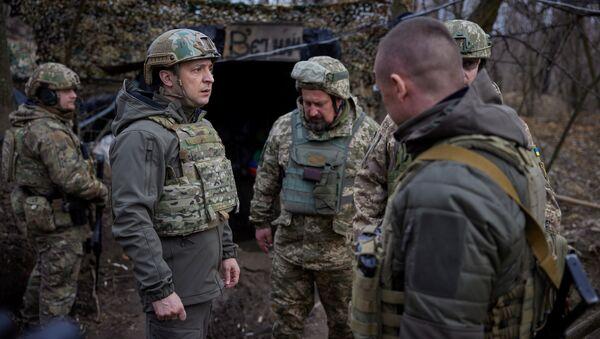 Prezydent Ukrainy Wołodymyr Zełenski podczas wizyty na stanowiskach ukraińskich sił zbrojnych w Donbasie - Sputnik Polska