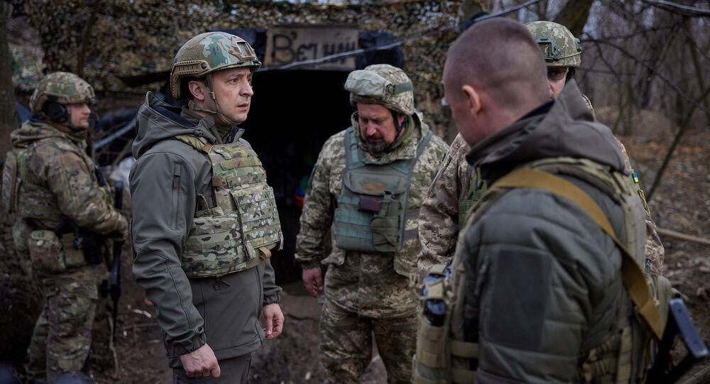 Prezydent Ukrainy Wołodymyr Zełenski podczas wizyty na stanowiskach ukraińskich sił zbrojnych w Donbasie