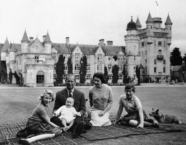 Królewska rodzina w zamku Balmoral - Sputnik Polska