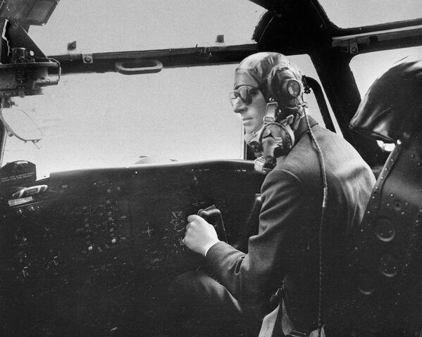 Książę Filip steruje samolotem, 1956 rok - Sputnik Polska