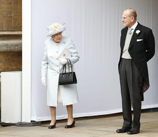 Królowa Elżbieta II i książę Filip na ślubie księżniczki Eugenii i Jacka Brooksbanka w 2018 roku - Sputnik Polska