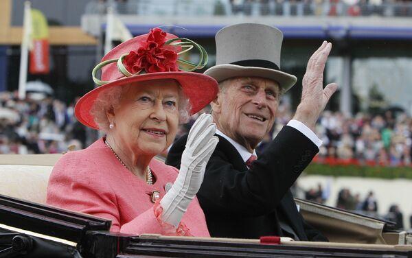Elżbieta II i jej mąż książę Filip odwiedzają wyścigi konne, 2011 rok - Sputnik Polska