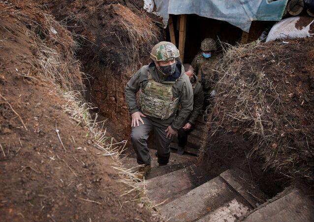 Prezydent Ukrainy Wołodymyr Zełenski wizytuje oddziały sił zbrojnych w Donbasie.